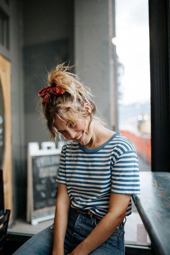 Khi đi làm, đi chơi, đi du lịch... những cô nàng có mái tóc dài, tóc uốn setting đều có thể dùng khăn lụa để trang trí.