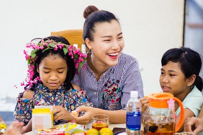 Hoàng Oanh vốn là người đẹp gắn liền với các công tác từ thiện. Người đẹp từng nhậntrở thành mẹ đỡ đầucho hai em nhỏ tại Làng trẻ em SOS, quận Gò Vấp, TP HCM.
