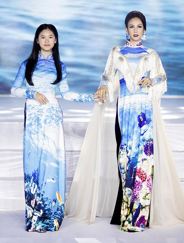 Hai mẹ con Paris Vũ duyên dáng trong trang phục lấy cảm hứng từ biển.