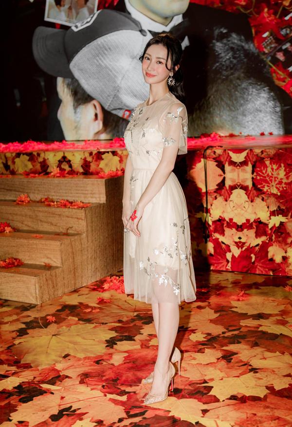 Đến tham dự buổi họp báo phim mới của đạo diễn Nguyễn Quang Dũng, Jun Vũ ghi điểm bằng phong cách dịu dàng với váy xuyên thấu. Trang phục mềm mại giúp người đẹp duyên dáng hơn trong tiết trời oi ả ngày hè.
