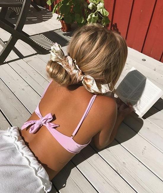 Khăn lụa buộc tóc dế dàng sử dụng ở nhiều bối cảnh. Nó đề cao tinh thần tự do, mang lại sự thoải mái cho các bạn gái.