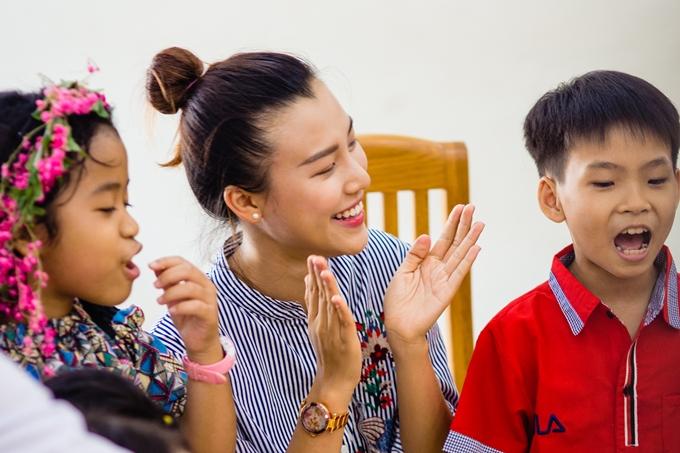 Người đẹp mong muốn san sẻ tình yêu thương, giúp đỡ các em nhỏ phát triển một cách tốt nhất.