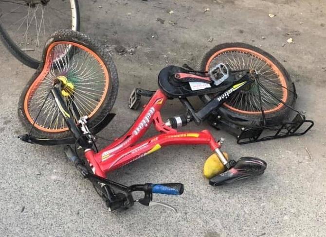 Xe đạp của hai cháu nhỏ tại hiện trường. Ảnh: CTV