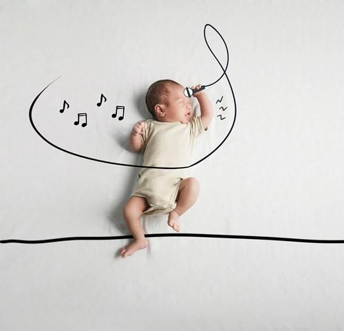 Cậu bé tạo dáng làm ca sĩ giống mẹ.