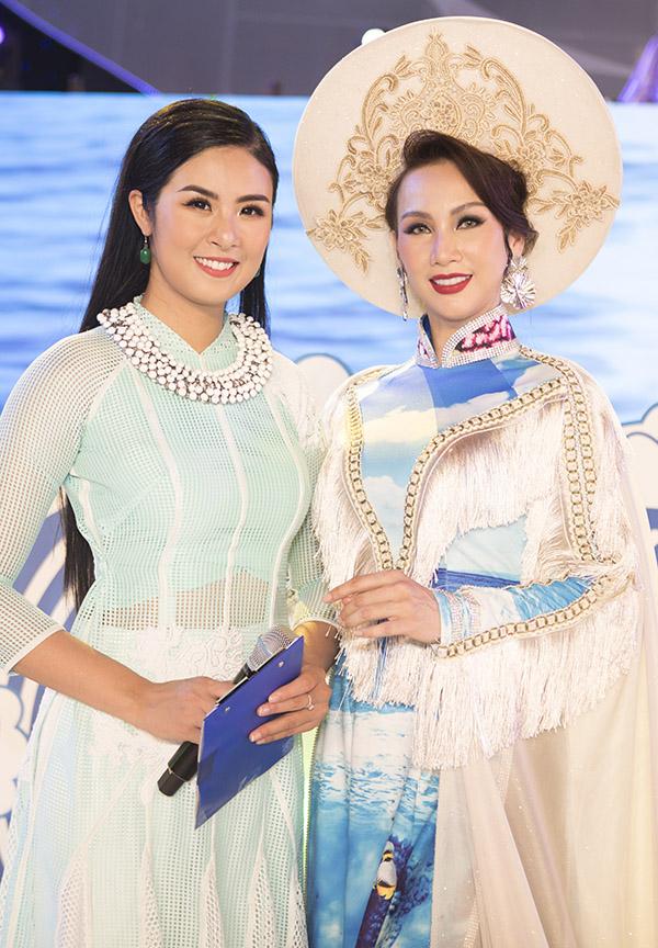 Ngọc Hân chụp ảnh kỷ niệm cùng đàn chị Paris Vũ nhân hội ngộ trên sân khấu Nha Trang.