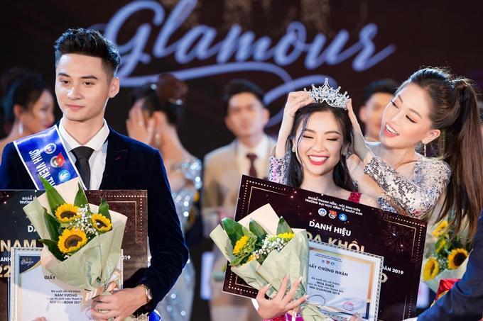 Phương Nga trao vương miện cho người đẹp chiến thắng năm nay.