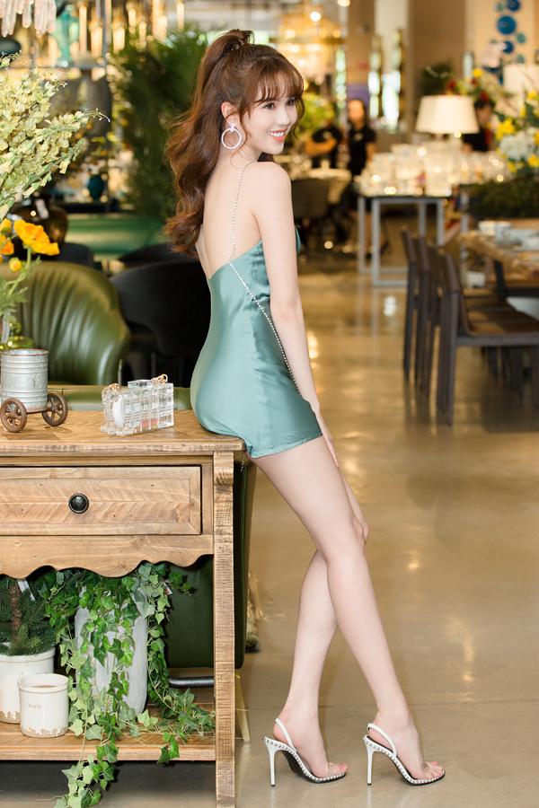 Góp mặt trong buổi giới thiệu bộ sưu tập nội thất với chủ đề Hello Summer, Ngọc Trinh đã chọn cho mình bộ cánh đúng mùa để chưng diện. Váy lụa xanh thiết kế tối giản giúp người đẹp khoe lợi thế về vóc dáng và làn da trắng sáng.