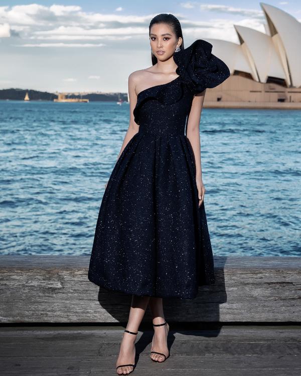 Hoa hậu Tiểu Vy kiêu kỳ với thiết kế đầm xòe, lệch vai và trang trí cánh hoa khi đến Australia cổ vũ Đỗ Mạnh Cường giới thiệu bộ sưu tập mới.
