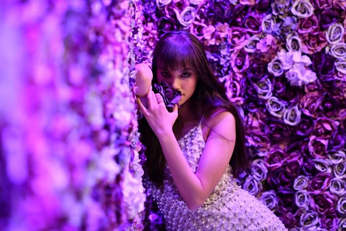 Mới đây, Phạm Hương chụp cả ảnh nội y, khiến nhiều người bất ngờ. Người đẹp chia sẻ: Là một người mẫu, tôikhông ngừng thay đổi nhưng biết đâu là giới hạn. Tôimong khán giảhiểu hơn cho công việc và ước mơđang nỗ lực theo đuổi.