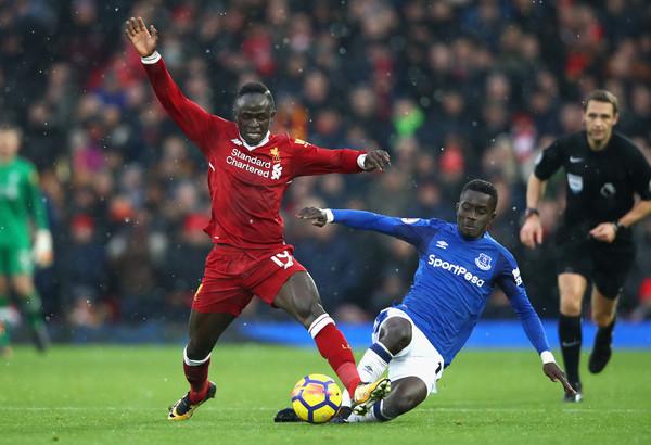 Martina (phải) trong một pha tranh chấp với Sadio Mane của Liverpool. Ảnh: AFP.