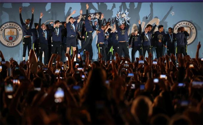 Sao Man City nhí nhảnh vui đùa, fan mở hội thâu đêm - 3