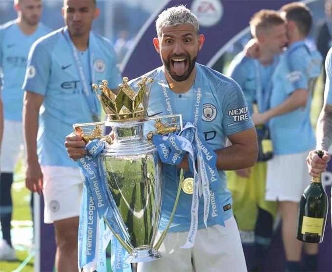 Aguero thè lưỡi tạo dáng với Cup. Anh lỡ cơ hội giành vua phá lướivới một bàn ít hơn nhóm ba cầu thủ châu Phi làSalah, Mane và Aubameyang. Anh là một trong ba cầu thủ có mặt trong cả 4 chức vô địch Ngoại hạng Anh của Man City, bên cạnh Kompany và David Silva.