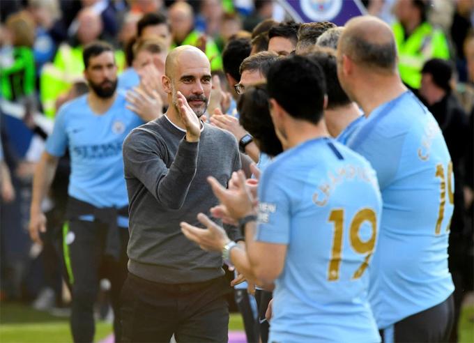 HLV Guardiola chúc mừng các học trò sau chiến thắng 4-1 trước Brighton để bảo vệ thành công ngôi vô địch. Cup càng ý nghĩa hơn với Man City khi đội chỉ vượt qua đối thủ xuất sắc là Liverpool ở vòng cuối cùng. Man City là đội đầu tiên bảo vệ chức vô địch Ngoại hạng Anh trong 10 năm qua.