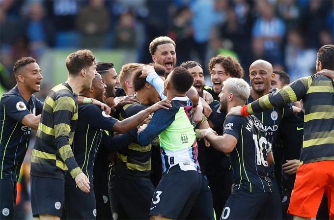 Các sao Man City chia vui sau chức vô địch. Bộ khung thi đấu ổn định, nhiều cầu thủ dự bị cũng cho thấy phẩm chất khi vào sân thay người giúp đội bóng áo xanh luôn duy trì được sức mạnh đội hình trong chặng đường dài.