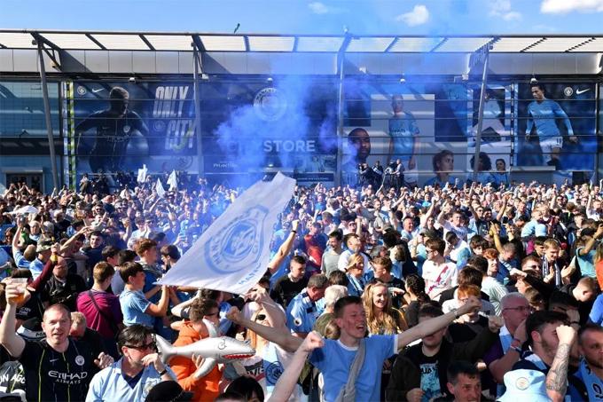 Fan Man City mở hội ăn mừng chức vô địch của đội nhà. Người hâm mộ Man xanh kỳ vọng đế chế của Guardiola thống trị Ngoại hạng Anh trong nhiều mùa giải tới.