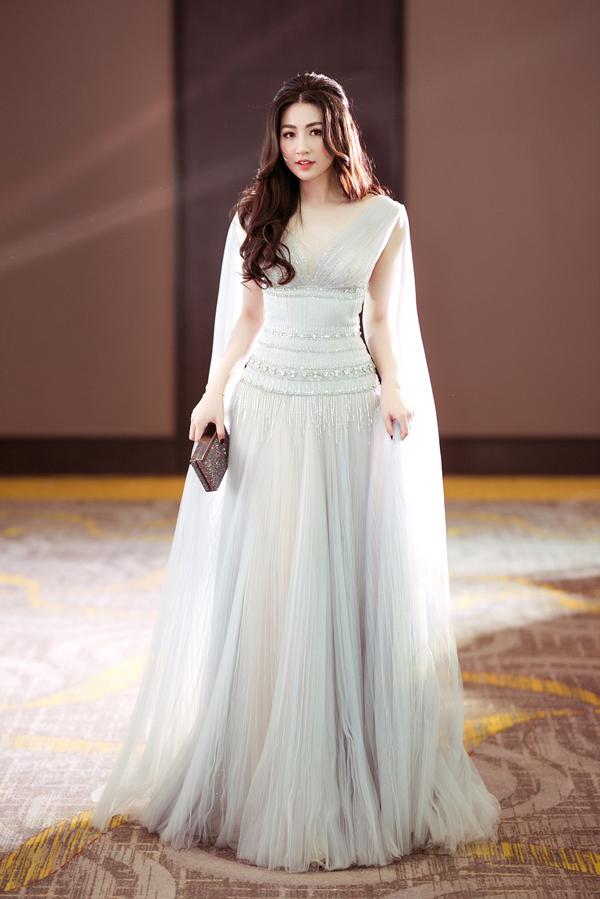 Á hậu Tú Anh duyên dáng với thiết kế váy dạ hội đính kết cầu kỳ. Đây là phong cách thời trang được các người đẹp Hà thành yêu thích khi góp mặt trên thảm đỏ và các sự kiện văn hóa giải trí.