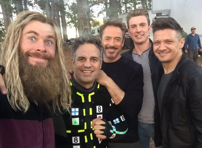Dàn sao nam củacủa Avengers: Endgame trên trường quay.