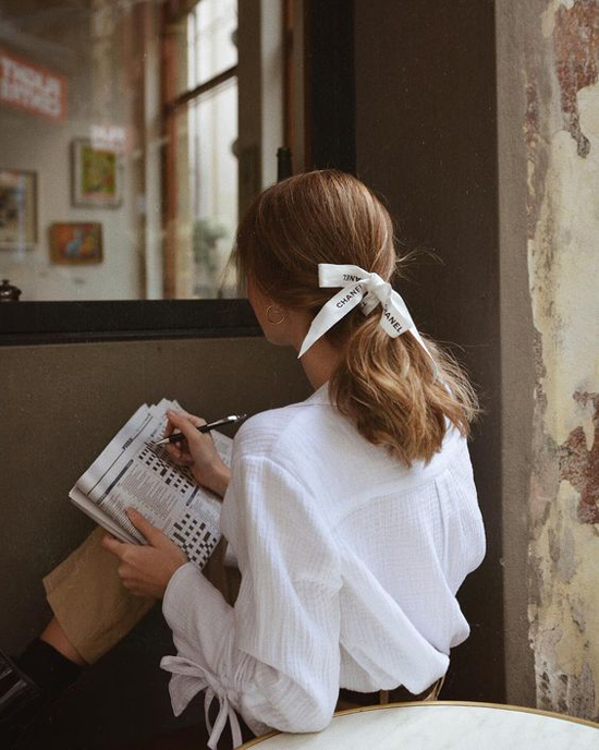 Trong không khí oi bức của mùa hè, những cô nàng có mái tóc dài, tóc chấm vai sẽ tìm nhiều cách để làm dịu cái nóng. Sử dụng khăn lụa, ruy băng để buộc tóc là một trong những biệnpháp hiệu quả.