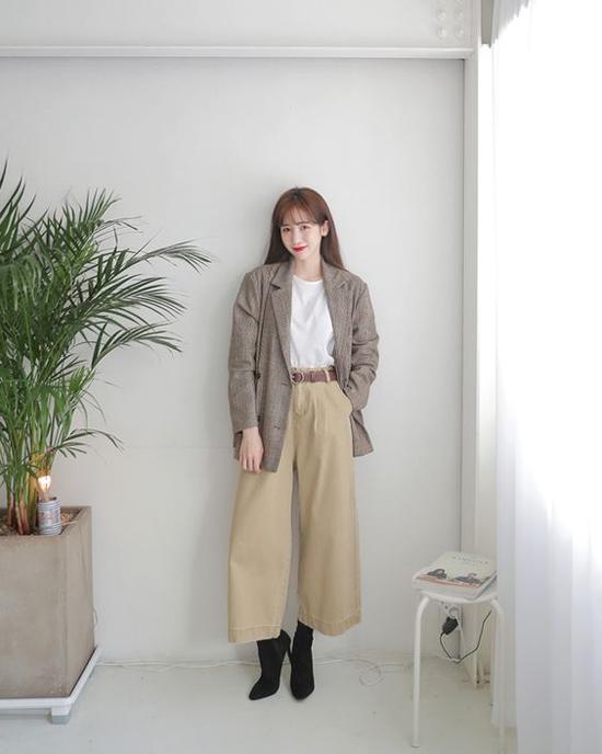 Khi đến văn phòng, các nàng có thể phối quần suông ống rộng cùng các kiểu áo thun, sơ mi kiểu dáng basic, tông màu đơn sắc.
