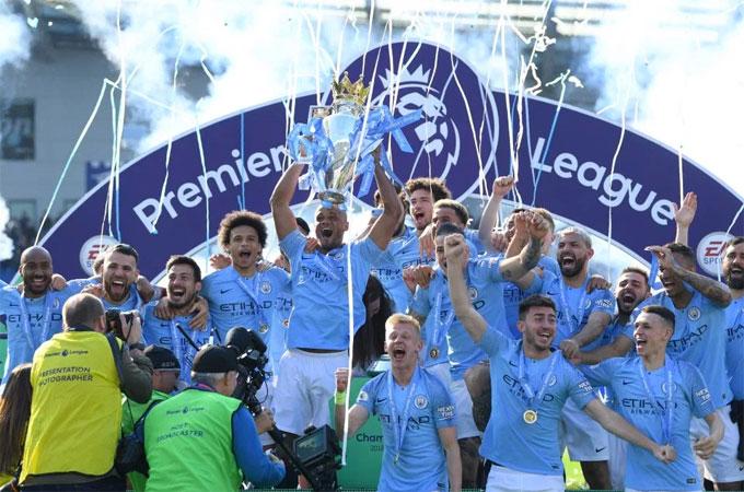 Cầu thủ Man City nâng Cup Ngoại hạng Anh.