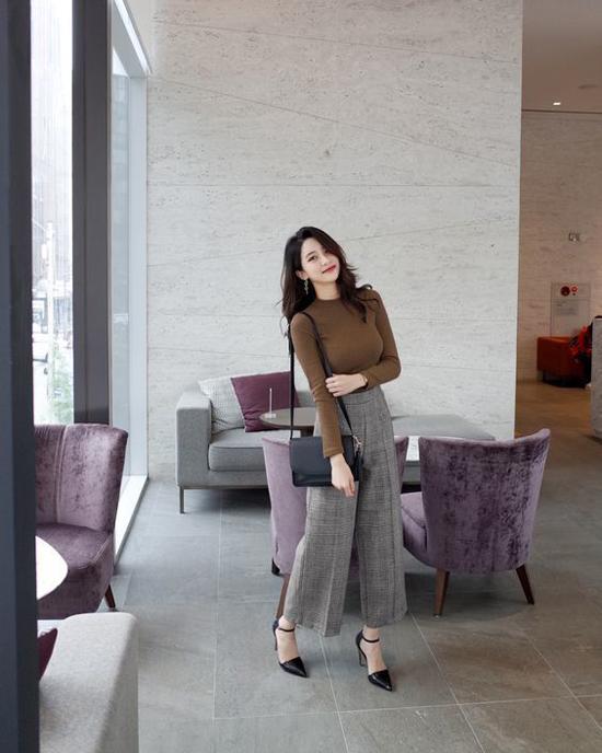 Với quần suông hợp mốt các nàng công sở vẫn thể hiện được nét hiện đại và sành điệu không thua kém các mẫu váy hot trend.
