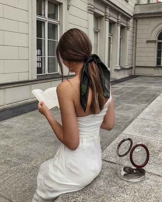 Sử dụng khăn voan mỏng để buộc tóc cũng mang tới nhiều cảm hứng sáng tạo cho phái đẹp. Chỉ với phụ kiện đơn giản, nhiều cô nàng đỏm dáng vẫn giúp mình có phong cách riêng và thể hiện vẻ đẹp lãng mạn.