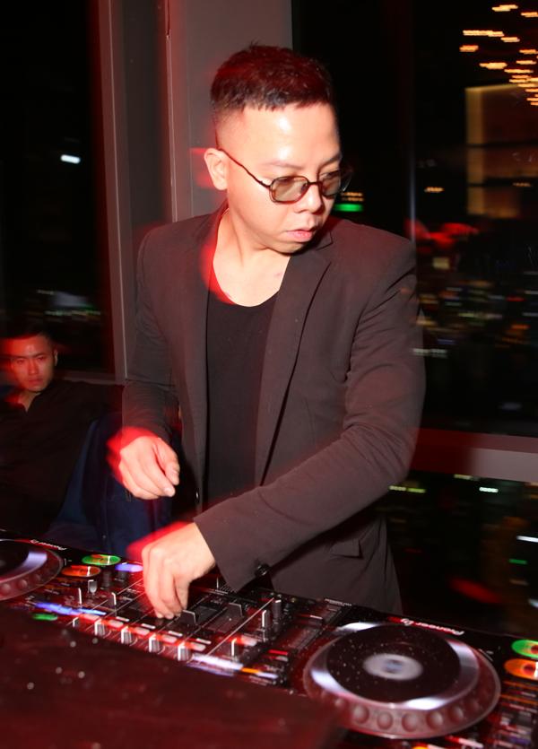 Hoàng Touliver phụ trách phần âm nhạc cho đêm tiệc.