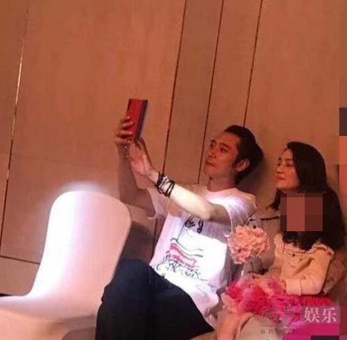 Cặp đôi ngồi bên nhau, con gái của hai người ngồi trong lòng mẹ. Trông Đan Phong và Hồng Hân đều rất vui vẻ.