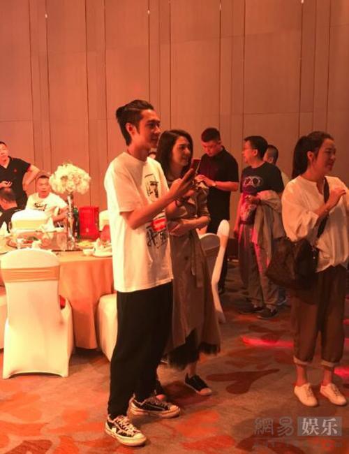 Ngày 12/5, vợ chồng Hồng Hân - Trương Đan Phong cùng tham dự một tiệc cưới ở Hong Kong. Đây là lần đầu tiên hai người đồng hành, kể từ khi scandal ngoại tình nổ ra. Một nguồn tin cho hay, sau ồn ào hôn nhân, hai vợ chồng đã lại về bên nhau, Hồng Hân quyết định tha thứ cho mọi lỗi lầm của ông xã để làm lại từ đầu.