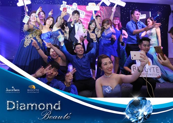 Sau phần hội nghị, vào 18h ngày 7/5, các khách mời tiếp tụctham dự dạ tiệcLuxury Blue Gala