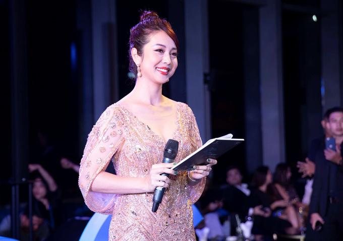 Hoa hậu Jennifer Phạm đảm nhiệm vai trò người dẫn chương trình.