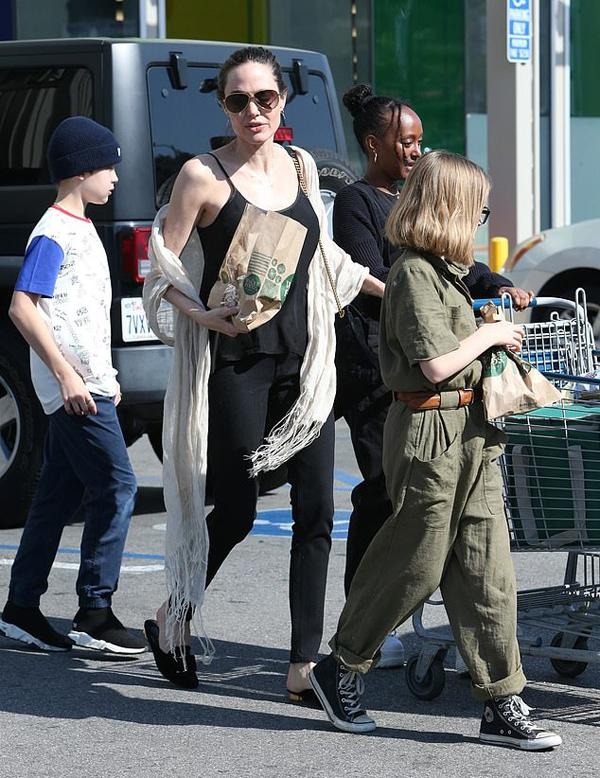 Vào buổi chiều, ngôi sao Maleficent cũng được trông thấy đưa các con đi siêu thị.