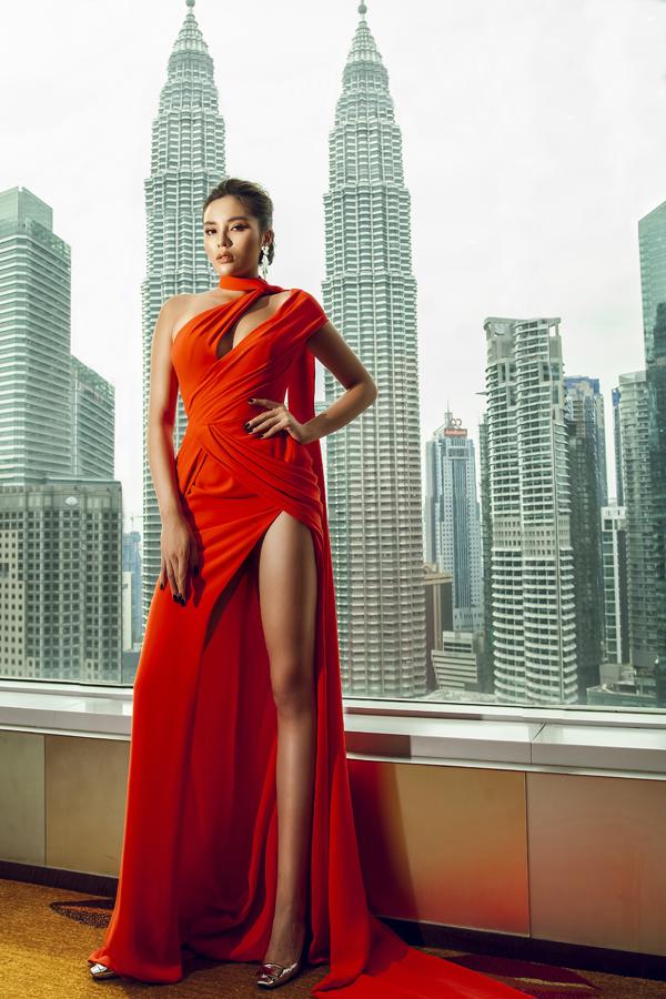 Đảm nhận vai trò thành viên ban giám khảo của một cuộc thi sắc đẹp tổ chức tại Malaysia, Kỳ Duyên giúp mình nổi bật với váy cut out. Trên chất liệu vải lụa cát, nhà thiết kế Lê Thanh Hòa đã áp dụng những đường cắt sắc nét để người mặc khoe vẻ đẹp hình thể.