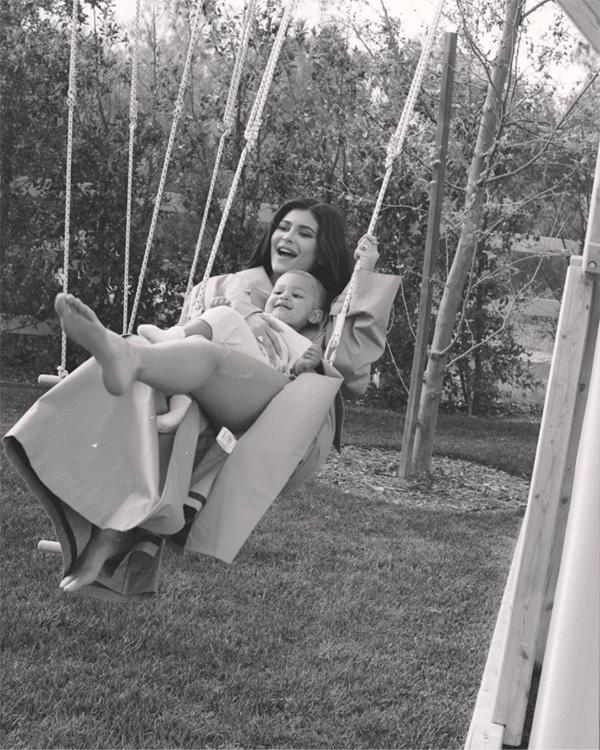 Từ một hot girl mạng xã hội, Kylie giờ là một hot mom với hơn 100 triệu người dõi theo. Những khoảnh khắc bên con gái đăng lên Instagram của cô luôn nhận được hàng triệu lượt Like của người hâm mộ.