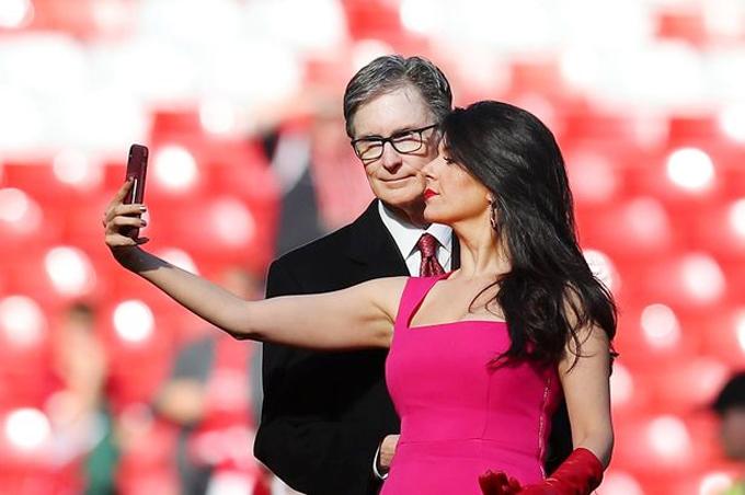 Vợ chồng ông chủ Liverpool nhí nhảnh selfie sau trận đấu. Ông John Henry hơn Linda 30 tuổi, và đã có một đời vợ trước khi kết hôn lần hai với cô vào năm 2009.