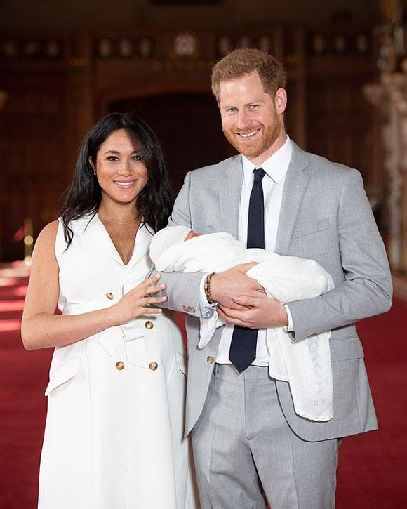 Vợ chồng Công tước xứ Sussex bế con trai ra mắt báo chí thế giới hôm 8/5 ở lâu đài Windsor. Ảnh: Reuters.