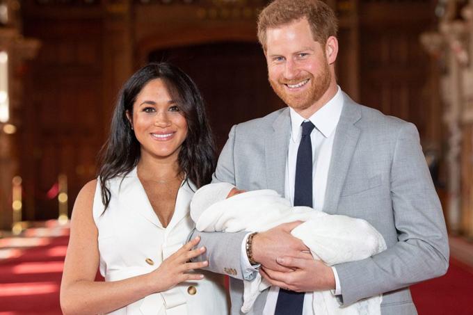Vợ chồng Harry - Meghan bế con trai trong lần đầu xuất hiện trước công chúng chiều 8/5 tại sảnh St George, Lâu đài Windsor. Ảnh: PA.