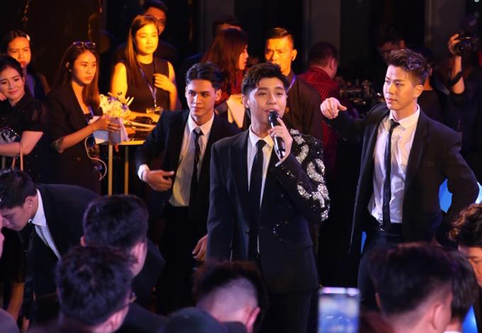 Noo Phước Thịnh cùng vũ đoàn mang tới những giai điệu sôi động.