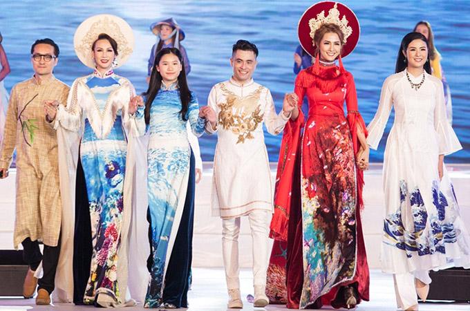 Nhà thiết kế Nhật Dũng (thứ tư từ trái qua) cùng hai vedette và MC của chương trình ra chào khán giả.