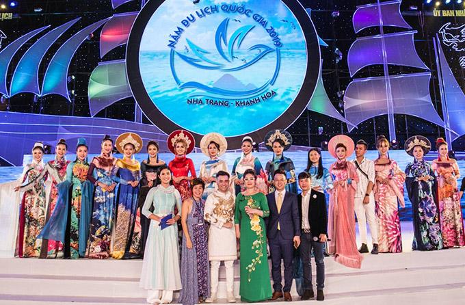 Festival Biển Nha Trang - Khánh Hòa với chủ đề Sắc màu của biển có nhiều tiết mục văn hoá, văn nghệ đặc sắc thu hút hàng nghìn người dân và du khách tham dự.