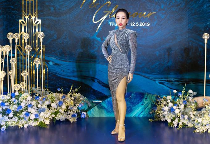 Ca sĩ Thảo Trang diệnváy ánh kim xẻ vạt cao đi tiệc.
