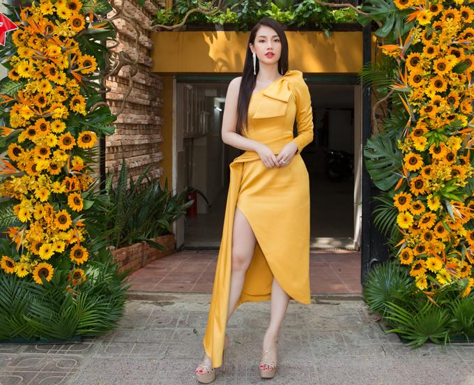 Quỳnh Chi gợi cảm với váy lệch vai ôm khít cơ thể. Nữ diễn viên kiêm MC được nhiều người khen ngày càng trẻ đẹp, quyến rũ.