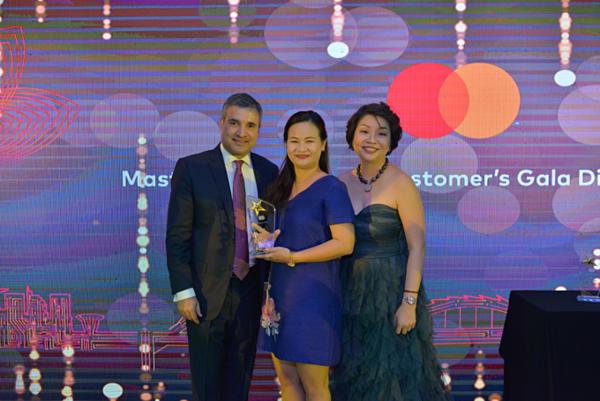 Đại diện VIB nhận giải thưởng tại sự kiện Annual Forum Meeting do MasterCard tổ chức.