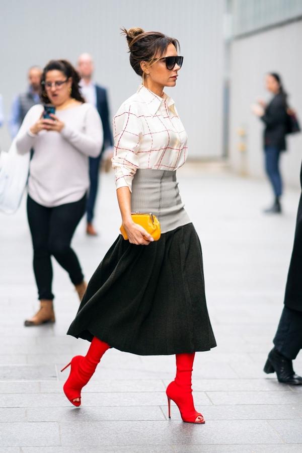 Xuất hiện trên đường phố New York vào cuối tuần vừa qua, Victoria Beckham gây bất ngờ khi chọn kiểu tóc búi tó đỉnh đầu.