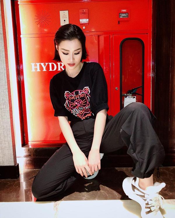 Đông Nhi cá tính và khỏe khoắn khi chọn áo thun KenZo phối cùng giầy đế thô và quần thụng ống chun.