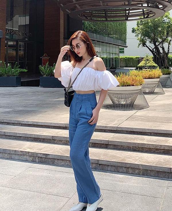 Hoa hậu Đỗ Mỹ Linh lại làm mát ngày hè bằng cách hòa trộn tông trắng - xanh cho set đồ gồm áo trễ vai và quần vải thô.