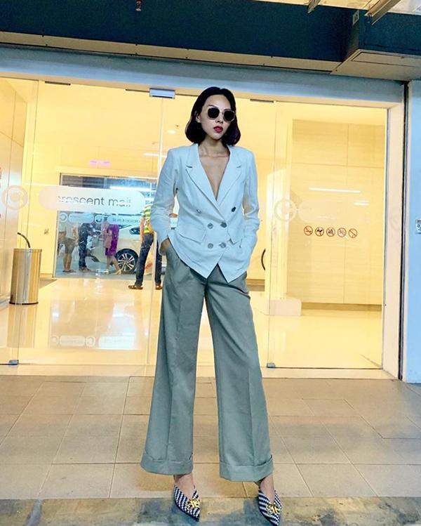 Minh Triệu sexy và sang chảnh với cách diện áo blazer cùng quần ống rộng hài hòa về màu sắc.
