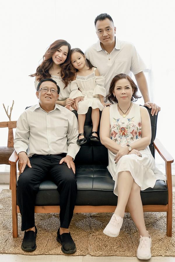 Bố mẹ Duy Uyên mừng cho con gái có cuộc sống hôn nhân viên mãn bên chồng con. Nhiếp ảnh: Nicky Vu, Trang điềm: Luu Ma Kim Tai.