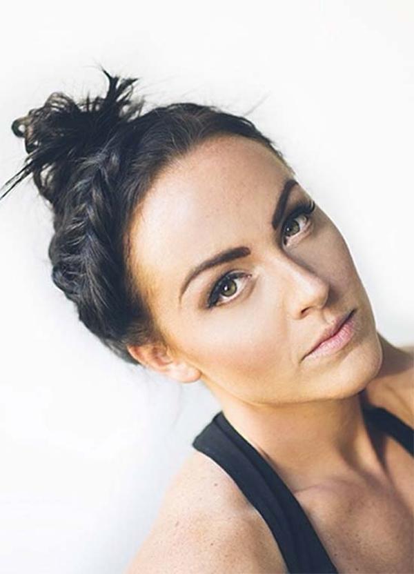 Bạn có thể biến tấu với nhiều kiểu khác nhau như tết phần tóc mái tạo vương miện phía trước kết hợp tóc búi cao phía sau.