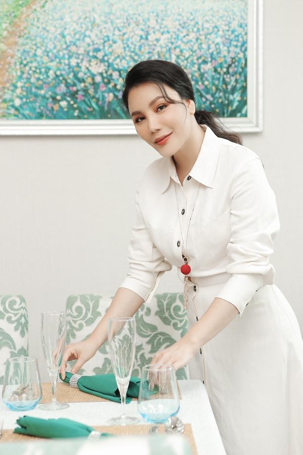 Mỗilúc rảnh rỗi, chính tay Hồ Quỳnh Hươngsắp xếp, dọn dẹp quán và không ngại chuyện bưng bê khi thực khách cần.